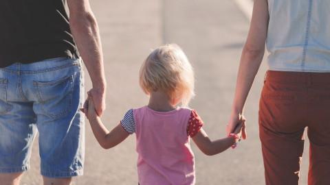 Minister Dekker schort interlandelijke adoptie per direct op