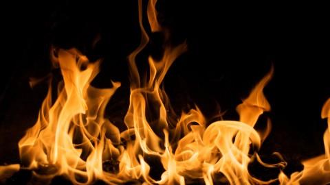 Nachtelijke branden: auto gaat in vlammen op en vlam in de pan